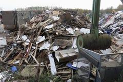 Место сброса хлама отброса убежища показывая много деревянных объектов поломало шариком шипа металла стоковая фотография rf