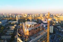 Место строительной конструкции высокой башни Кран черепашки промышленный Воздушный взгляд трутня Развитие города метрополии стоковые изображения