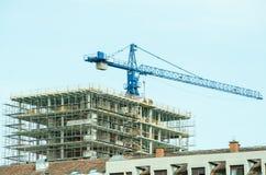 Место строительной конструкции в городе с краном и работниками конструкции Стоковое Изображение
