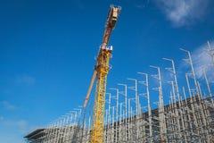 Место строительной конструкции с краном башни против голубого неба стоковое изображение rf