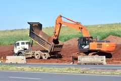 Место строительства дорог: Работники импровизировая стоковые фотографии rf