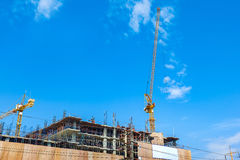 Место строительной конструкции с машинным оборудованием башни крана стоковая фотография