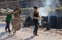 Место строительства дорог при азиатский работник делая асфальт Стоковые Изображения RF