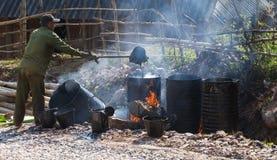 Место строительства дорог при азиатский работник делая асфальт Стоковые Фотографии RF