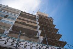 Место сужения большого здания осмотренное снизу стоковое изображение