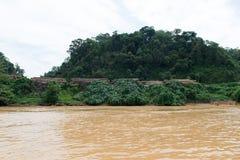 Место тимберса внося в журнал вдоль реки Саравака Rejang Стоковые Фото