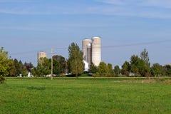 Место фермы с высокорослыми силосохранилищами Стоковое Фото