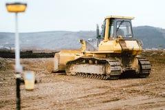 Место шоссе и строительства дорог с деятельностью грейдера, экскаватора и бульдозера мотора стоковые изображения