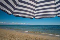 место людей группы пляжа ослабляя sunbathing Стоковые Фотографии RF