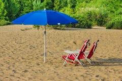 место людей группы пляжа ослабляя sunbathing Стоковая Фотография RF