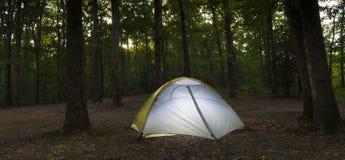 Место для лагеря и шатер захода солнца Стоковая Фотография RF