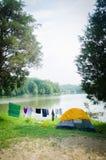 Место для лагеря озером Стоковое фото RF