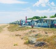 Место для лагеря пляжем на солнечный день Стоковые Изображения