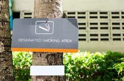 Место для курения подписывает внутри парк Стоковые Изображения