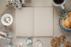 Место для работы - бумага тетради с кофе и печеньем на таблице вакханические Стоковое Изображение RF
