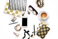 Место для работы домашнего офиса плоской моды положения женственное с телефоном, чашкой кофе, стильными тетрадями черного золота, стоковое изображение rf