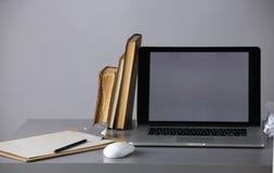 Место для работы с компьютером и документ в офисе Стоковая Фотография