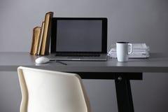 Место для работы с компьютером и документ в офисе Стоковые Фотографии RF