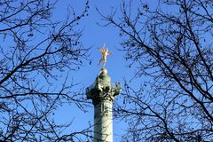 Место de Ла Бастилия Гений свободы на столбце Париже в июле стоковое фото rf