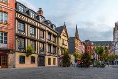 Место du Лейтенант-Aubert со зданиями famos старыми в Руане, Нормандии, Франции стоковые изображения rf