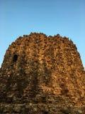 Место Qutb Minar и во-вторых неполный памятник Alai Minar башни в Нью-Дели, Индии стоковые изображения rf