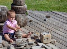 18 месяцев старого малыша играя в солнце и свежем воздухе на Seiser стоковые фотографии rf