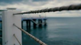 Металлическая загородка с веревочками на побережье Чёрного моря в Грузии в замедленном движении сток-видео