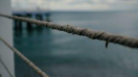 Металлическая загородка с веревочками на побережье Чёрного моря в Грузии летом в slo-mo сток-видео