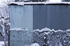 Металлическая лачуга в снежном дне стоковая фотография rf