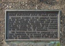 Металлическая пластинка информации на месте рождения памятника Сиэтл, пляжа Alki, Сиэтл, Вашингтона стоковая фотография rf