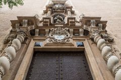 Металлическая пластинка над испанской дверью от 1696 Стоковая Фотография RF