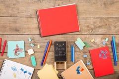 металлическая пластинка с надписью & x22; Назад к school& x22; близко блокноты, бумаги и другие канцелярские принадлежности на ко стоковые фотографии rf