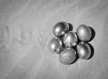 Металлические пасхальные яйца в песке стоковая фотография rf