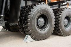 Металлические серые чурки колеса под большой тележкой катят Стоковые Изображения RF