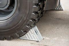 Металлические серые чурки колеса под большой тележкой катят Стоковое Изображение
