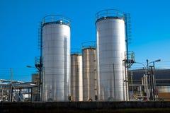 Металлические силосохранилища химического завода Стоковые Изображения RF