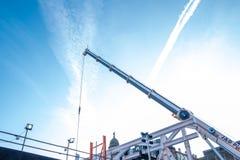 Металлический кливер крана против яркого голубого неба в строительной площадке Глазго стоковые фотографии rf