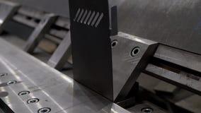Металлический лист гнуть в фабрике видеоматериал