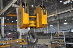 Металлический промышленный крюк для поднимать тяжелую вещь в фабрике стоковые изображения rf