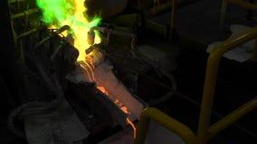 Металлургическая продукция Расплавленный метал льет от печи, горячая жидкость очень опасн сток-видео
