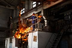 Металлургическое предприятие, горячая отливка металла стоковые изображения