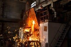 Металлургическое предприятие, горячая отливка металла стоковая фотография