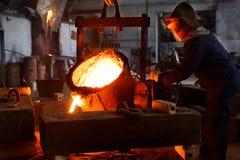 Металлургическое предприятие, горячая отливка металла стоковое изображение