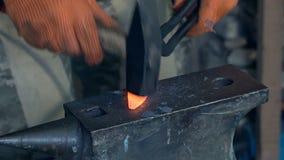 Металл ковати в горячем состоянии акции видеоматериалы