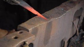 Металл кузнеца работая с молотком Стоковые Изображения RF