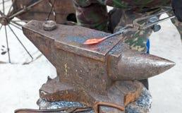 Металл кузнеца работая с наковальней Стоковые Фото