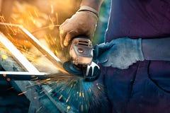Металл мастера пиля с дисковым шлифовальным станком стоковое изображение rf