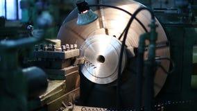 Металл обрабатывая сваривая филируя меля вырезывание сток-видео