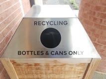 Металл повторно используя бутылки и консервные банки только подписывают с отверстием стоковые изображения