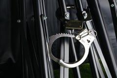 Металл хрома надевал наручники кабала на сцене треноги Стоковая Фотография RF